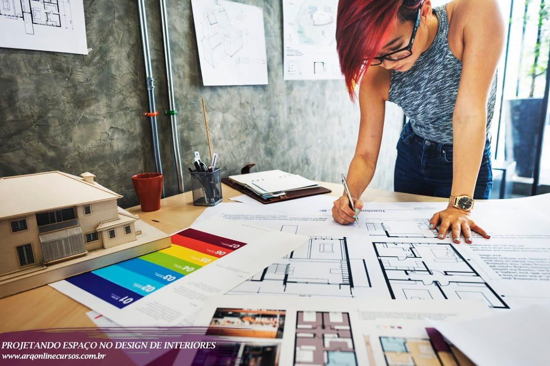 Curso design de interiores moça com papel